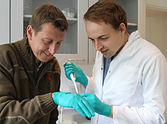 Veterinarian Mads Bertelsen and Ph.d.-student Philip Francis Thomsen.