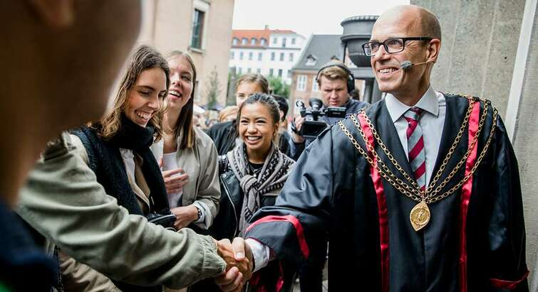 Rector Henrik C. Wegener greating new students welcome at the matriculation ceremony at Frue Plads